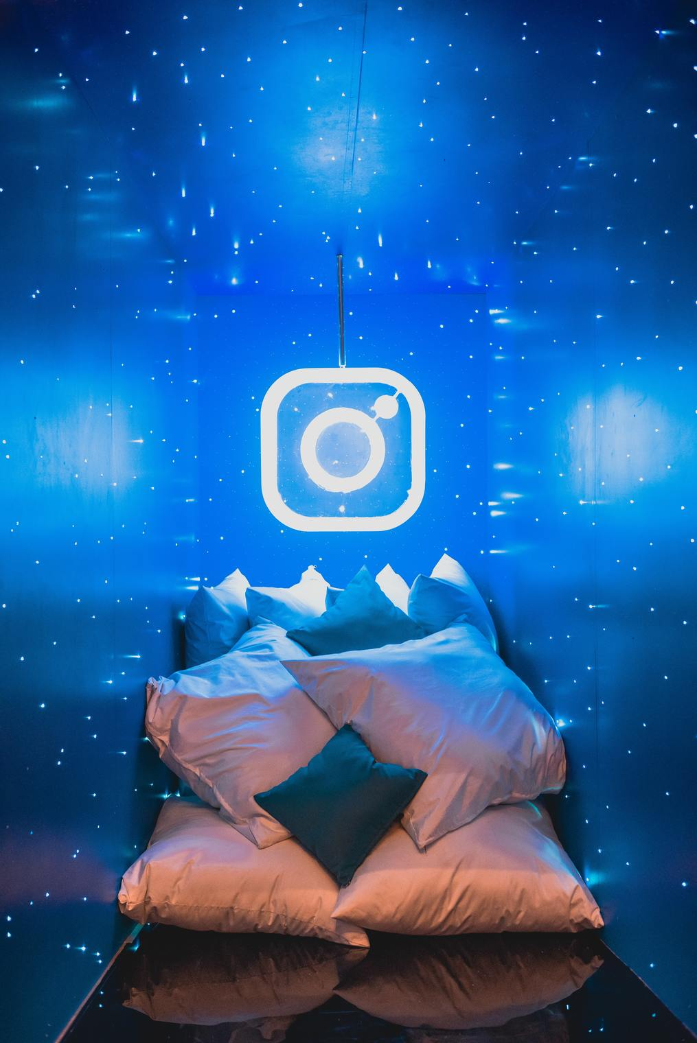 Blue-room-Instagram-Stories-for-Writers-susan-shiney-instagram-logo-in-a-blue-room-instagram-stories-for-authors